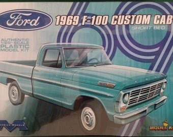 Moebius 1969 Ford F-100 Custom Cab Short Bed Pick-Up 1/25 Scale Model #1227