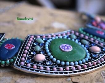 large collier romantique aux couleurs douces
