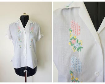 Vintage EMBROIDERED BLOUSE 1970s / Delicate Floral Shirt / size S cotton / White and pastels