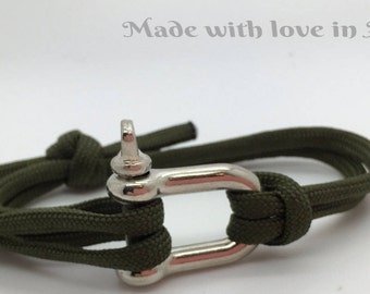 man on Paracord shackle bracelet