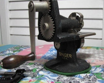 Singer hand crank pinking machine from the 1930's . Great for sewing , scrap booking and light leather work