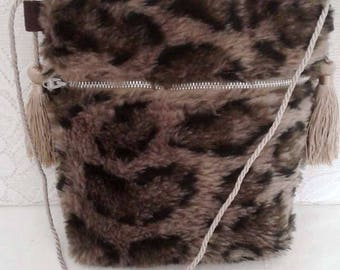 Faux fur for girl, closed with a zipper and shoulder bag