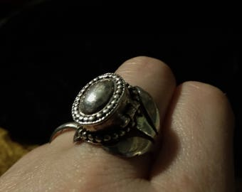Vintage Sterling Silver .925 Poison Locket Ring w/ Ornate Sides