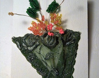 WALL and a bouquet of flowers. 12 / 9cm. 10 stems of beads, dark green lace. Gift.