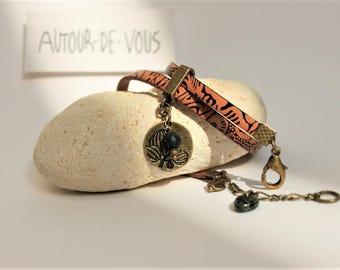 Bracelet 2 tours en cuir marron et noir tribal, plaque martelée, perles et breloques bronze