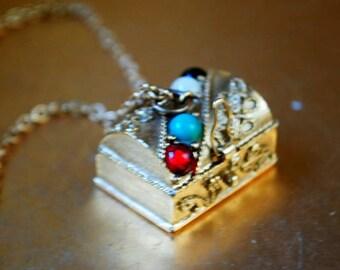 Art nouveau vintage 70s gold tone metal necklace with a  treasure chest , trinket box pendant. Made by Avon.