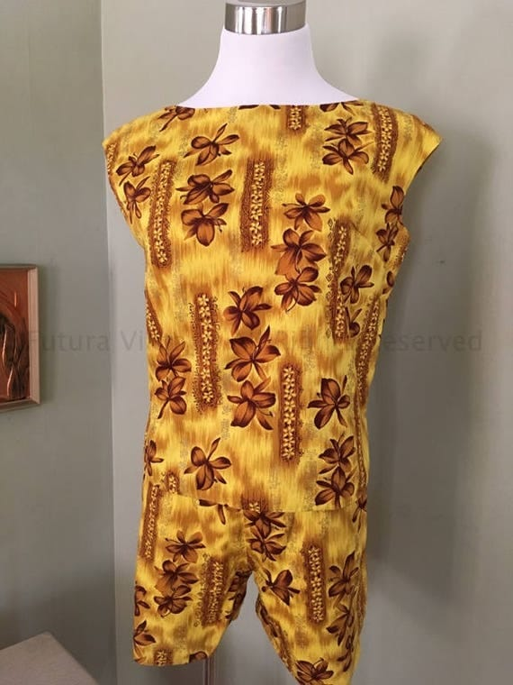1950s Hawaiian Sports Shop Golden Plumeria Print Two Piece High Waist Shorts & Pullover Top Set-XS