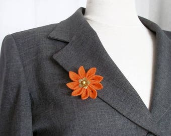 Broche Fleur en tissu Tsumami orange