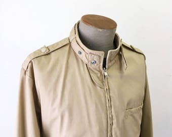 1980s Men's Member's Only Style Jacket Vintage 80s Tan Brown Thin Windbreaker Cafe Racer Type Jacket / Coat by Unitog - Size LARGE