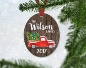 Noël rouge personnalisé camion ornement avec le dernier nom et année, Noël 2017, ornement de souvenir, imitation bois et ornement de camion (038)