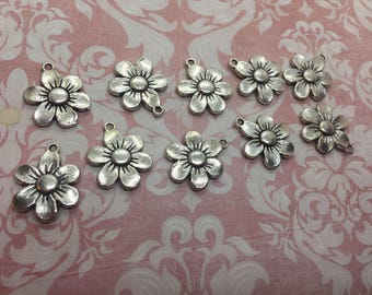 Silvertone daisy flower charms (10 pieces)