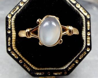 Vintage 9ct Yellow Gold Ornate Grey Blue Moonstone Cabochon Ring / Size Q