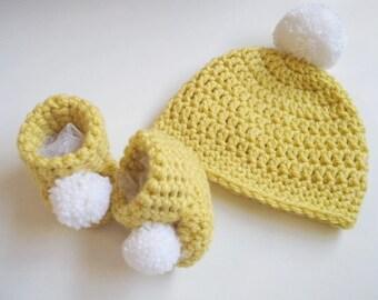 New baby gift set Crochet baby hat Newborn booties New baby photo prop Newborn hat and shoes set Baby shower gift Crochet baby booties