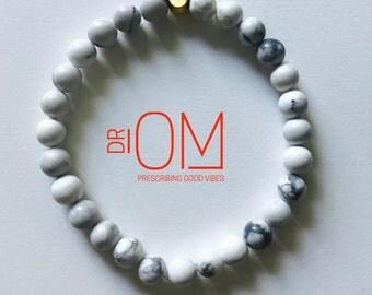 White Howlite beaded bracelet with 22 k matte gold hamsa accent bead, hamsa bracelet,yoga bracelet
