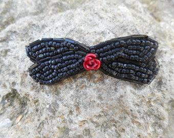 broche noir,centre fleur rouge métal