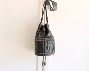 woven leather round bag | crossbody bag | 80s vintage black leather bucket bag
