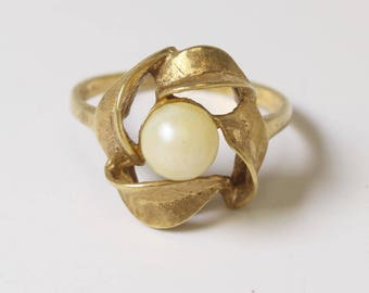 Vintage 14k gold flower ring with white stone in the middle