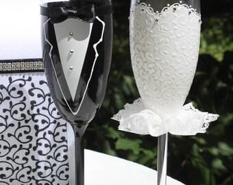 Bride And Groom Toasting Glasses champagne Glasses Wedding flutes Black White Wedding gift glasses Mr mrs glasses Champagne black white
