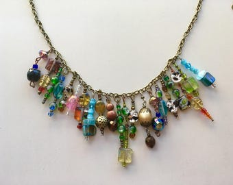 Collier asymétrique mi-long multicolore baroque