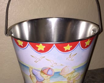 CHARMING! VTG Metal Beach Sand Pail Bucket with Little Boy & Girl at Beach~Starfish~Seagulls~Made by Pelican Bay~Sand Cake Recipe~SUMMER!