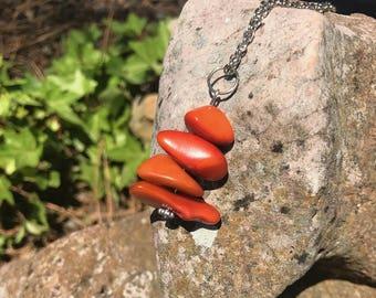 Collier mi-long en ivoire végétal orange et métal argenté