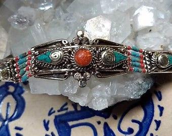 Super mooie Hand gemaakte armband gemaakt van Turkoois ,Koraal en Tibetaans zilver.