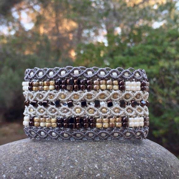 Manchette Le tropézien XL : bracelet manchette bohème écru et taupe pour femme en micro-macramé création exclusive MIA PROVENCE, hippie chic
