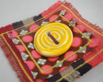 Brooch with artisanal ceramics button 2: yellow harmony/Bordeaux wine