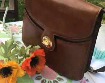 French Vintage Brown Leather Shoulder Bag with Brass Twist Close Clasp / Retro French Shoulder Bag / Classic Brown Leather Handbag