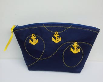 Navy, toilet bag Navy satin synthetic inks and yellow arabesques of gold is closed by zip blue