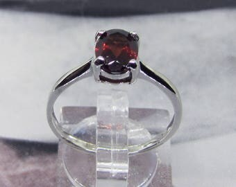 Ring sterling silver decorated with a Garnet oval size 58