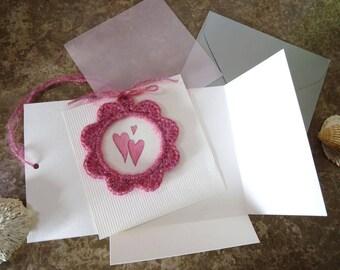 Carte cadeau avec Cadre au crochet rose, avec illustration originale à l'aquarelle 3 cœurs / faire part / annonce / naissance / grossesse