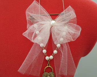 Brooch with pearl details