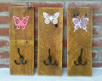 Set of 3 rustic wood pallet coat rack hangers with butterflies details.