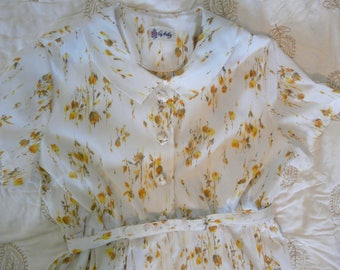 Hello Betty Draper!  Sweet 1950s Day Dress, White with Yellow Flowers. Size 6.