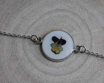 Fine bracelet, pendant connector round 1.8 cm, resin and dried pansy flower