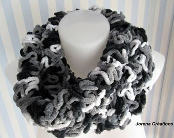 Snood/scarf black and white frilly knit