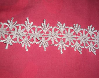 White flower pattern lace trim