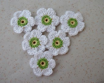 6 white flowers crochet - yellow/green Center