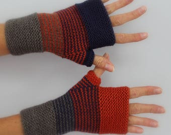 Purple, orange and grey hand knitted woman mittens marronné