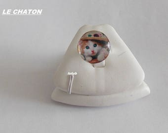 A KITTEN ADJUSTABLE CABOCHON RING HAS HAT