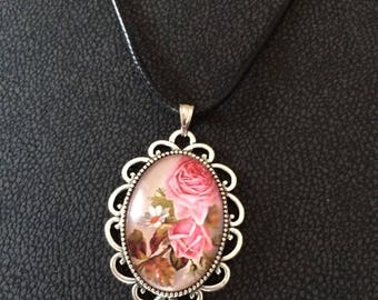 "Pendant ""like a bouquet of old roses"""