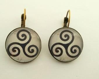 """Bronze earrings, Special Brittany """"Tryskel""""."""