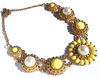 Trés beau collier métal doré et  perles acryliques jaune et nacré.