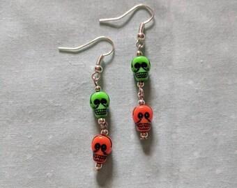 Chain link skull earrings in silver.