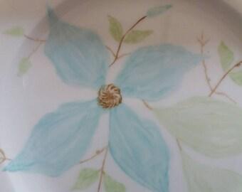 Fine bone china plate, with turquoise clematis. Free hand painted. Assiette en porcelaine fine avec décor clématite turquoise. Peint main.