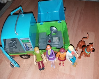 Retro 1980's Scooby Doo mystery machine and characters