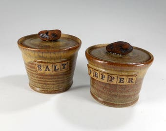 Pottery salt and pepper cellars with lid, ceramic salt cellar, stoneware pepper jar with rock knob, ceramic salt box with lid, pepper bowl