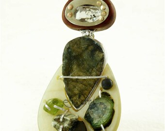 Pendentif avec pierres semi-précieuses et éléments naturels