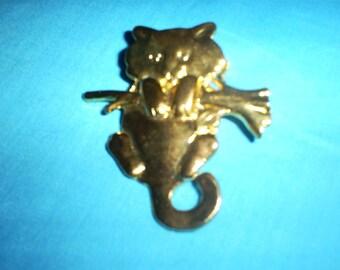 Vintage gold tone cat brooch.